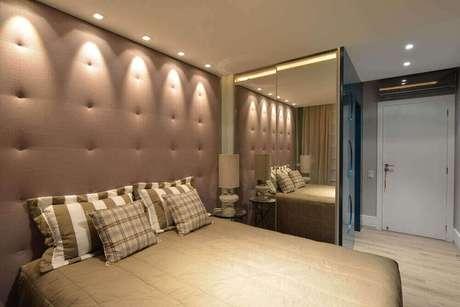 52. Guarda roupa espelho bronze para quarto de casal decorado em tons neutros – Foto: Viva Decora