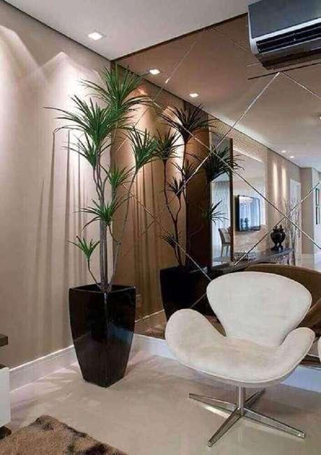 53. O hall de entrada é o grande cartão de visita da casa, por isso, o espelho de bronze pode ser uma boa escolha para deixar esse espaço mais sofisticado – Foto: Nouw