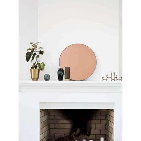 54. A parte de cima da lareira também pode ser decorada com um espelho de bronze – Foto: Hurn & Hurn