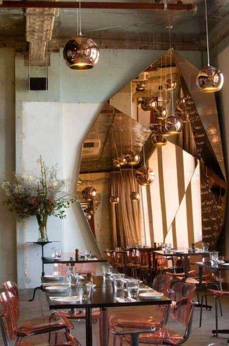 55. O restaurante decorado com um modelo arrojado de espelho bronze ficou muito mais interessante – Foto: Yandex
