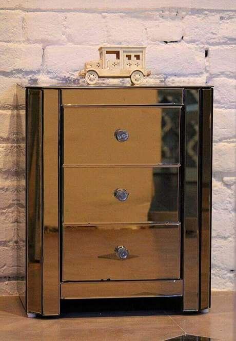 57. Outra forma de investir em espelho bronze para o quarto é utilizando criado mudo espelhado bronze – Foto: Venetian Design