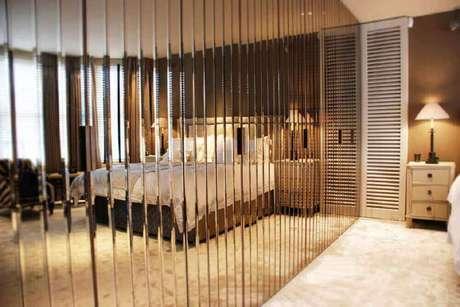 59. Alguns modelos de guarda roupa espelho bronze possuem design bem diferentes o que os torna o maior destaque do quarto decorado – Foto: Simple Design Home
