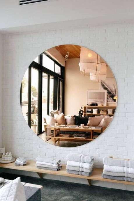 60. Decoração com modelo grande e redondo de espelho bronze – Foto: Mirror Designs