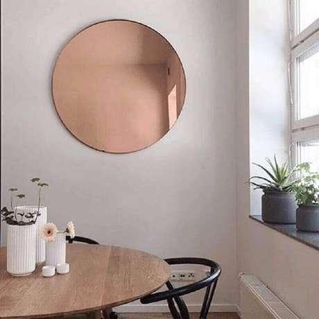 61. Modelo redondo de espelho bronze para sala de jantar decorada – Foto: Loft29