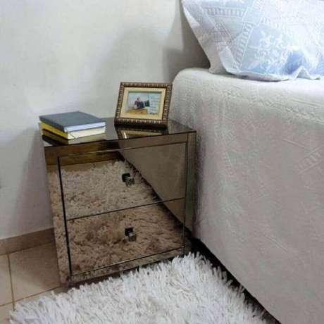 63. Os móveis espelhados de bronze são perfeitos para integrar esse item no ambiente – Foto: Pinterest