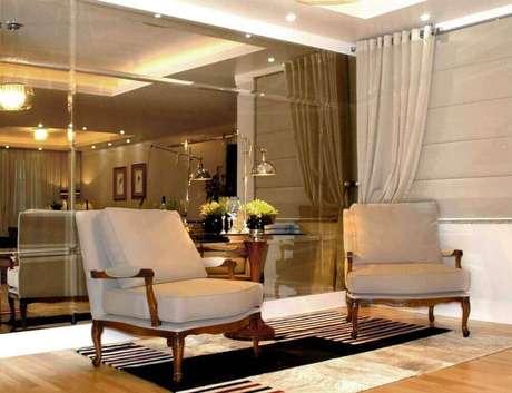 65. Parede espelhada com espelho de bronze levando mais sofisticação para ambientes decorados – Foto: Siepierski Temper