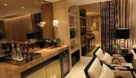 66. O espelho de bronze pode ser usado para dar mais destaque a um espaço da sala de estar – Foto: Pinterest