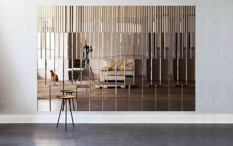 67. Decoração moderna com parede revestida de espelho de bronze – Foto: Tile Design Gallery