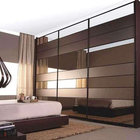 68. Quarto decorado com cama japonesa e guarda roupa espelho bronze – Foto: Habilis