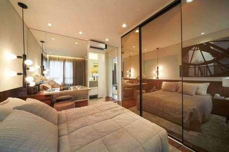 69. Decoração para quarto com pendente minimalista preto e guarda roupa espelhado bronze – Foto: PS do Vidro