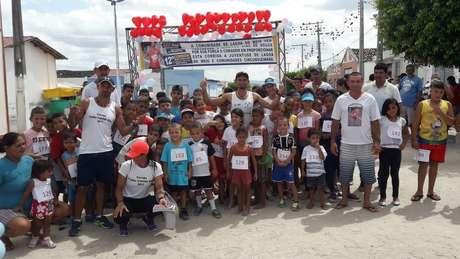 Ivanildo (ao centro) com as crianças participantes das corridas; 'prometi à molecada que ia fazer isso por toda a minha vida'