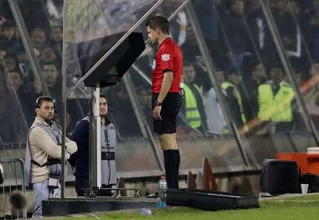 Árbitro consulta o VAR em partida da Copa Libertadores 20/09/2018  REUTERS/Ivan Alvarado