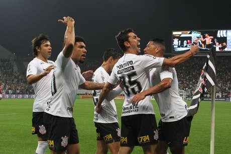 Comemoração do gol de Danilo Avelar, do Corinthians, em partida contra o Flamengo