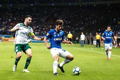 O volante Lucas Silva protege a bola na semi-final contra o Palmeiras 8545cd3b3af2f