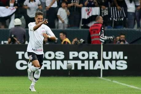 Pedrinho, do Corinthians, comemora após marcar gol na partida contra o Flamengo