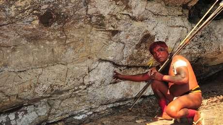 Os waurá costumam fazer o ritual de furar a orelha para se tornar cacique na caverna Kamukuwaká