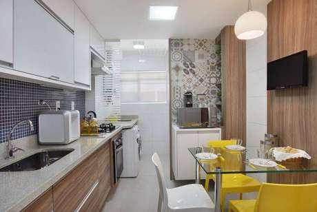 15. Nessafotovemos vários tipos de revestimento para cozinha, como pastilhas, azulejos desenhados e madeira
