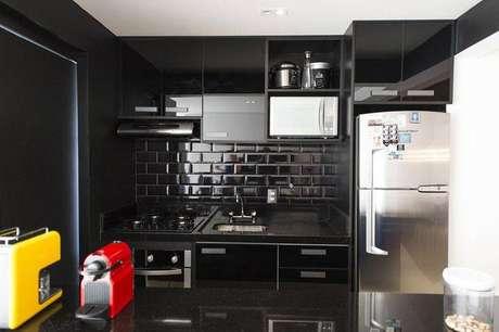 19.Um revestimento paracozinha com azulejos pretos é muito moderna e exclusiva