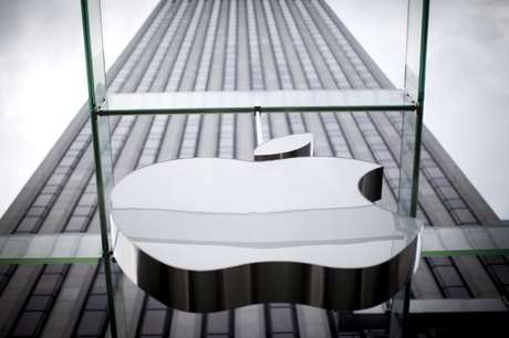Logo da Apple em loja da empresa em Nova York, EUA 21/07/2015 REUTERS/Mike Segar