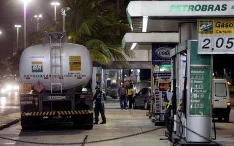 Caminhão abastece no Rio de Janeiro 14/06/2004 REUTERS/Sergio Moraes  SM
