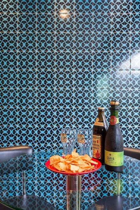 25. Azulejos hidráulicos desenhados podem ocupar uma parede toda sem mais enfeites