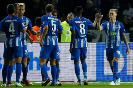 Jogadores comemoram gol de Duda, o segundo do Hertha na partida (Foto: Odd Andersen / AFP)