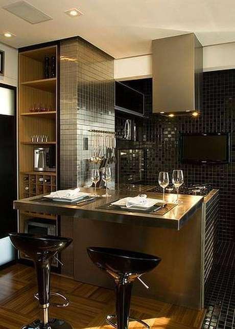 26. Azulejo espelhado é muito moderno e elegante e um excelente revestimento para cozinha
