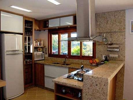 36. Pia, balcão e parede revestida de granilite facilitam a limpeza e fica bem bonito