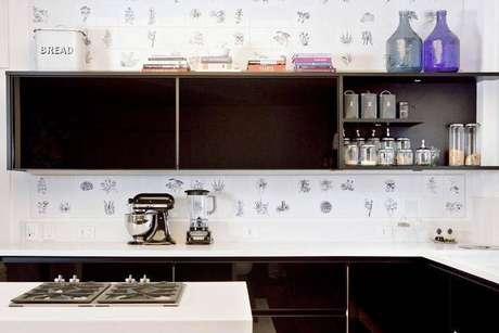 14. Comprar azulejos diferentes ou colar adesivos para deixar o revestimento da cozinha mais descolado
