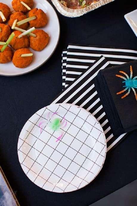 16. Decoração para festa de dia das bruxas com aranhas coloridas e guardanapos listrados de preto e branco – Foto: Assetproject