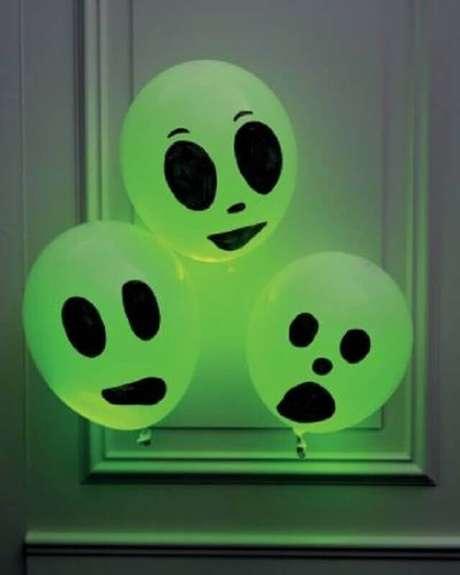 17. Balões decorados são ótimas ideias de decoração de festa Halloween barata – Foto: Pani Dyrektor
