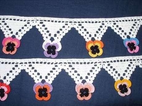 52. Bico de crochê branco com ponta de flores coloridas. Foto de Decoração da Casa