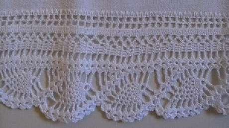 23. Bico de crochê branco em pano de prato branco. Foto de Arte aos 4 Ventos