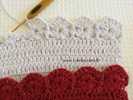 50. Bico de crochê branco em peça de crochê branca