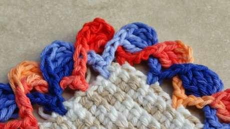 36. Bico de crochê colorido em tapete de barbante. Foto de Ateliê do Crochê