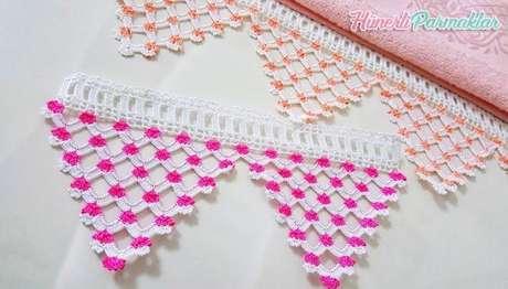 57. Bico de crochê com florzinhas em toalha. Foto de Hunerli Parmaklar