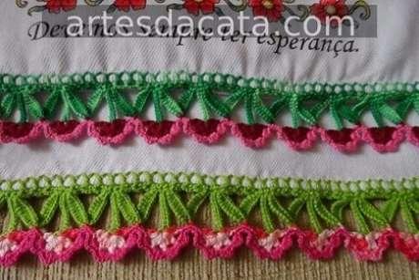 31. Bico de crochê para pano de prato com florzinhas. Foto de Artes da Cata