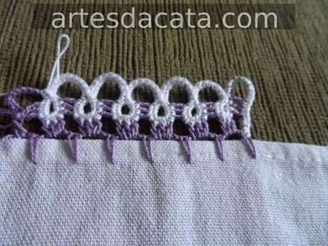 26. Bico de crochê para pano de prato roxo e branco. Foto de Artes da Cata