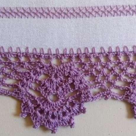 19. Bico de crochê roxo em pano de prato branco. Foto de Arte aos 4 Ventos
