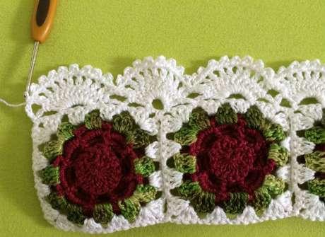 7. Bico de crochê simples em peça de crochê de flores. Foto de Tudo Construção