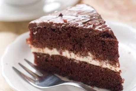 Fatia de bolo de chocolate com leite em pó