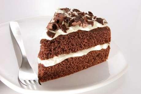 Bolo de chocolate com recheio e cobertura de leite em pó