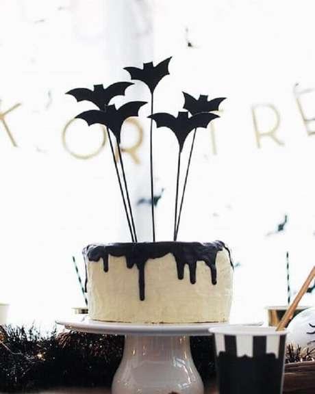 18. Um bolo personalizado não pode faltar na sua festa de dia das bruxas – Foto: ARCH DAYS