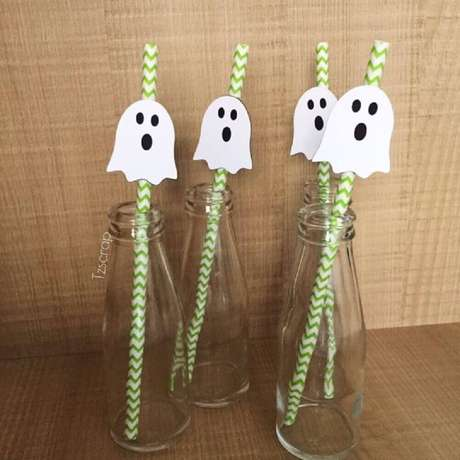 19. Uma ideia bem legal e barata para decoração de Halloween é fazer pequenos enfeites para colocar nos canudos – Foto: TZSCRAP Papelaria