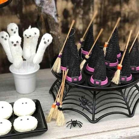 21. Os docinhos da festa de Halloween devem ser personalizados para entrar no clima da decoração – Foto: Silvia Roveri Eventos