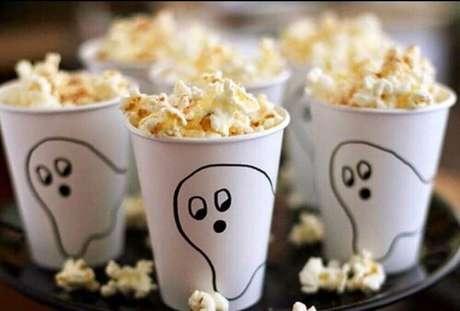 3. Copinhos decorados são ótimas ideias de decoração de Halloween barata e fácil de fazer – Foto: We Heart It