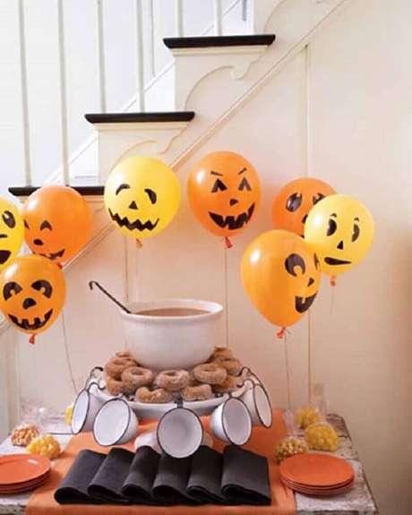 4. Decoração de Halloween com balões laranjas – Foto: Gooise Ballonnen