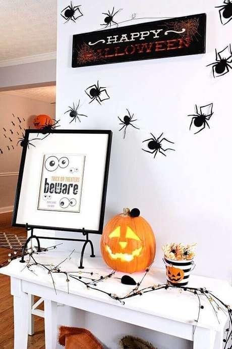 27. Aranhas de plásticos podem ser coladas na parede para fazer a decoração de dia das bruxas – Foto: Pinterest