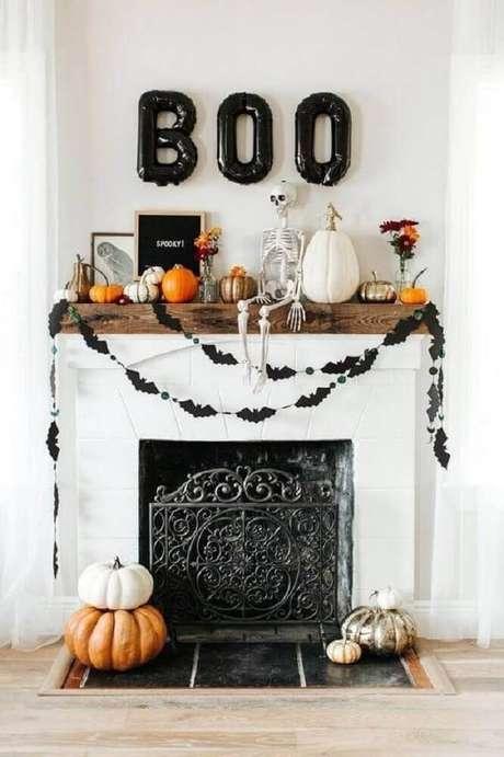 28. Ideia de decoração para Halloween com balões e varal de morceguinhos – Foto: We Heart It