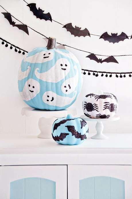 34. Você já pensou em personalizar uma abóbora para a decoração da festa de Halloween? Fica lindo! – Foto: I Heart Naptime